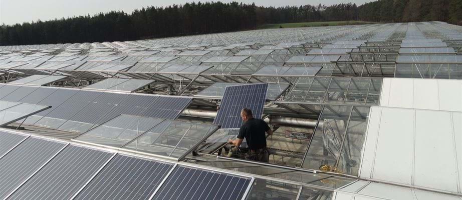 Hệ thống tích hợp tấm pin năng lượng mặt trời lên mái nhà kính Gakon